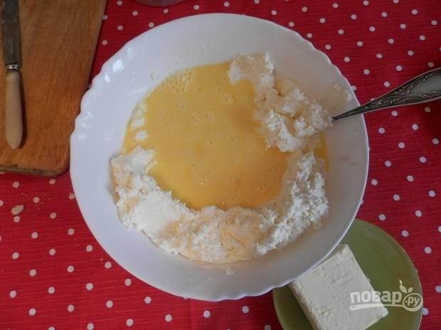 2. Первым делом протрите через сито творог. Отдельно взбейте яйца с сахаром и выложите их в творог.