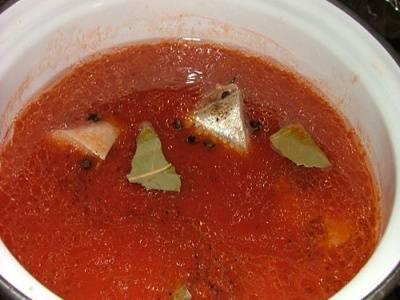 Разогреваем кастрюлю растительным маслом, кидаем в нее лук и тушим его до прозрачности. Кидаем помидоры, тушим еще пару минут и, наконец, добавляем томатной пасты. Тушим еще 4-5 минут, размешивая до однородности. Заливаем в кастрюлю воды, добавляем специй и соли, доводим все до кипения.
