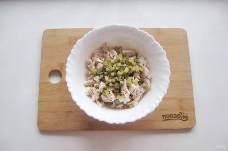 Добавьте нарезанный кубиками маринованный или соленый огурец.