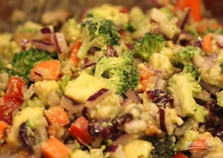 7.Заправьте салат приготовленной смесью и перемешайте.