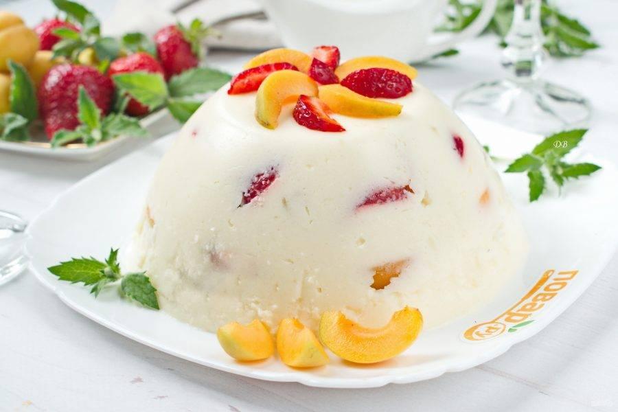 Тонким ножом аккуратно проведите по краю торта, отделяя его от стенок чаши. Нижнюю ее часть поместите в горячую воду на полминуты. Переверните желейный торт на блюдо.