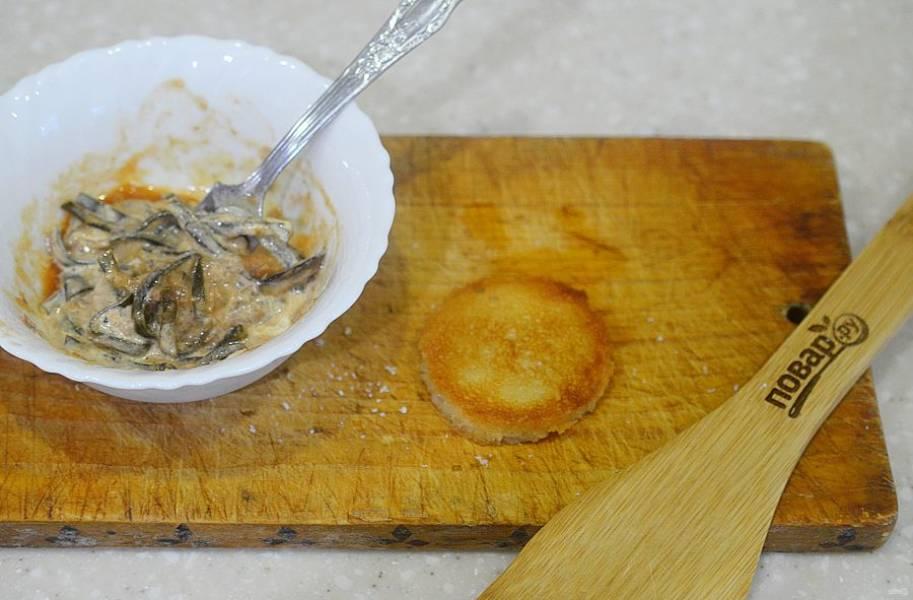 4. хлеб нарежьте кружками и обжарьте в духовке или на сковороде.
