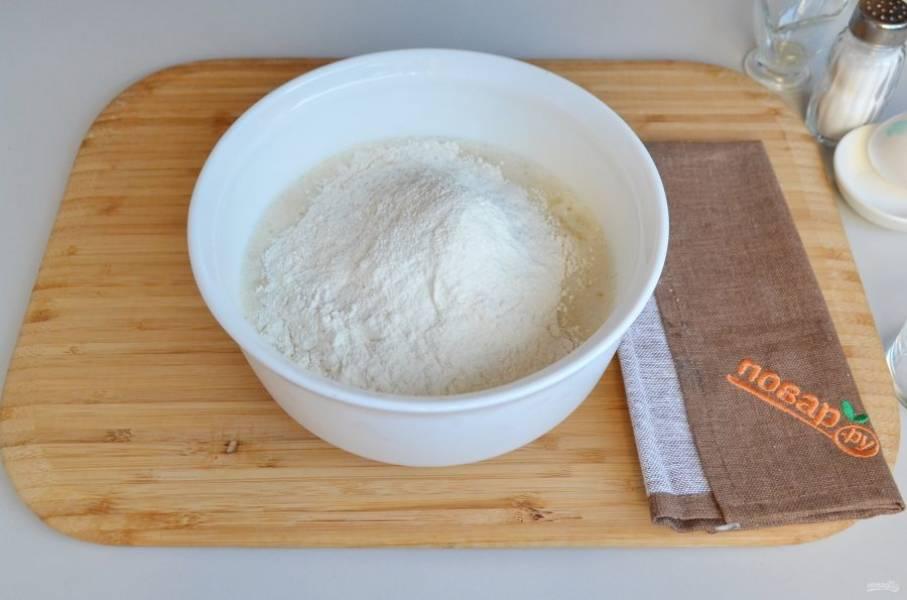 5. Всыпьте просеянную муку, разрыхлитель, миксером перемешайте тесто до однородного состояния.