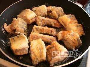 Разогрейте масло в сковороде. Обжарьте рыбу с обеих сторон до готовности в течение 7 минут.
