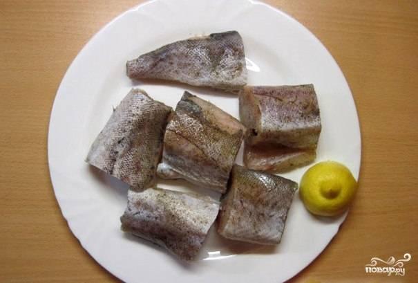 Рыбу очищаем, хорошенько промываем, нарезаем на порционные кусочки. Каждый кусочек тщательно натираем солью и перцем, сбрызгиваем соком лимона и оставляем мариноваться на 20-30 минут.
