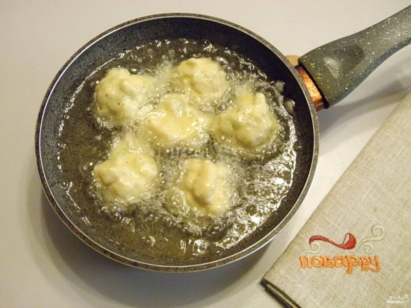 Возьмите глубокую сковороду или сотейник. Разогрейте рафинированное масло, капусту в кляре жарьте до появления красивой золотистой корочки.
