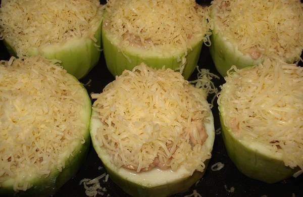 5. Посыпаем сыром и отправляем в духовку. Запекаем при температуре 180 градусов около 15-20 минут.