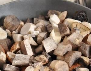 Грибы моем и очищаем, самые крупные нарезаем. Затем обжариваем грибы на растительном масле 40 минут, огонь минимальный, жарить под крышкой.