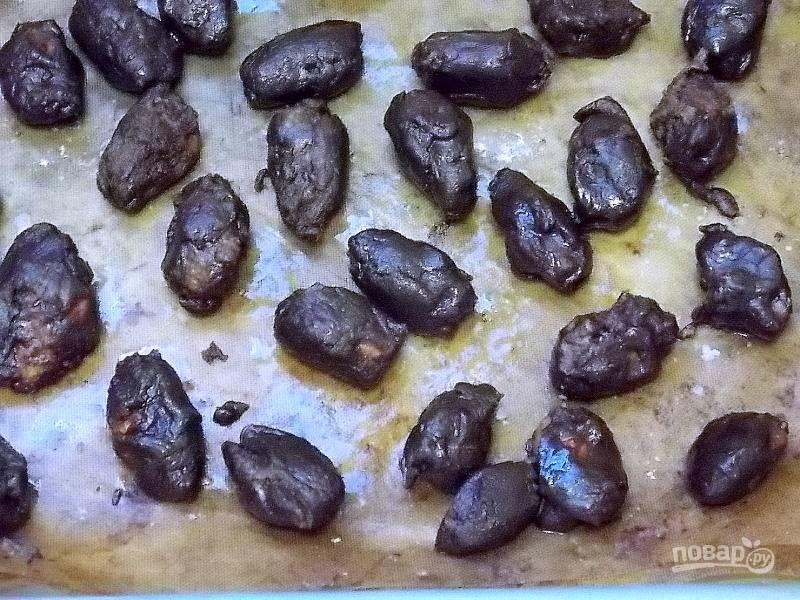 Растопите шоколад на водяной бане, добавьте корицу и перемешайте. Всыпьте в шоколад орехи, перемешайте, чтобы каждый орех покрылся шоколадом. Разложите орехи на пергаменте свободно. Остудите полностью.