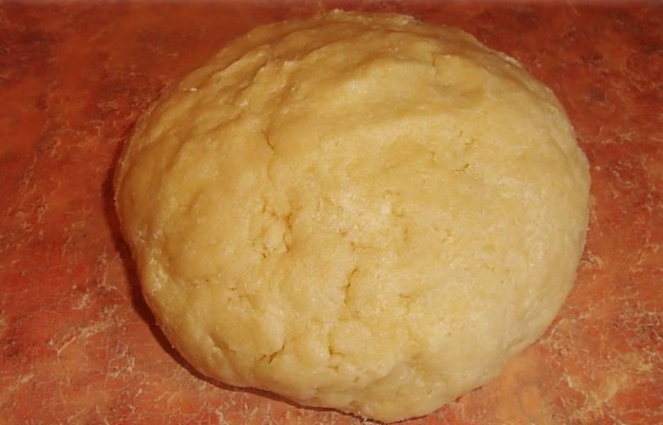 2. Замесить эластичное тесто. Оно не будет липнуть к рукам и работать с ним одно удовольствие, а значит, рецепт приготовления пирога со смородиной на скорую руку может стать одним из самых любимых.