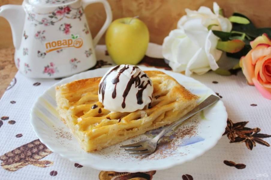 Пирог достаньте из духовки и охладите. При подаче на каждый кусочек пирога выложите мороженое. Приятного чаепития!