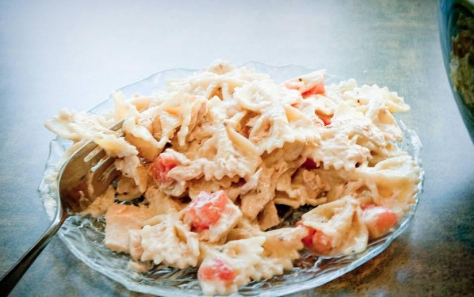 Салат с макаронами и тунцом готов. Приятного аппетита!
