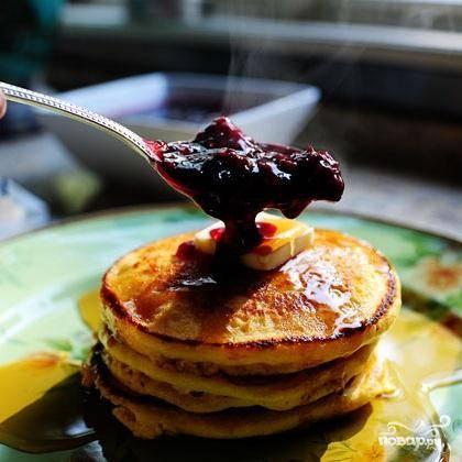 7. Выложить по 3 оладьи на тарелку, разместив между ними кусочек сливочного масла. Полить теплым кленовым сиропом, а затем ежевичным сиропом. Сразу же подавать.