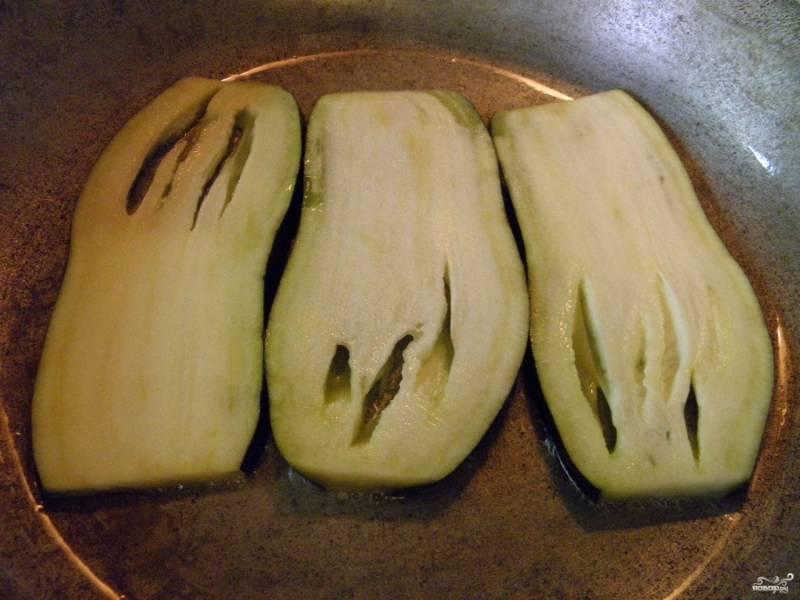 Разогрейте сковороду. Налейте немного растительного масла и обжарьте баклажаны до мягкости с двух сторон.