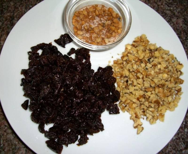 2. Дальше соединим эти ингредиенты, перемешаем до однородности. Подготовим начинку - орехи чистим и обжарим, а чернослив замочим в воде и отожмем затем.