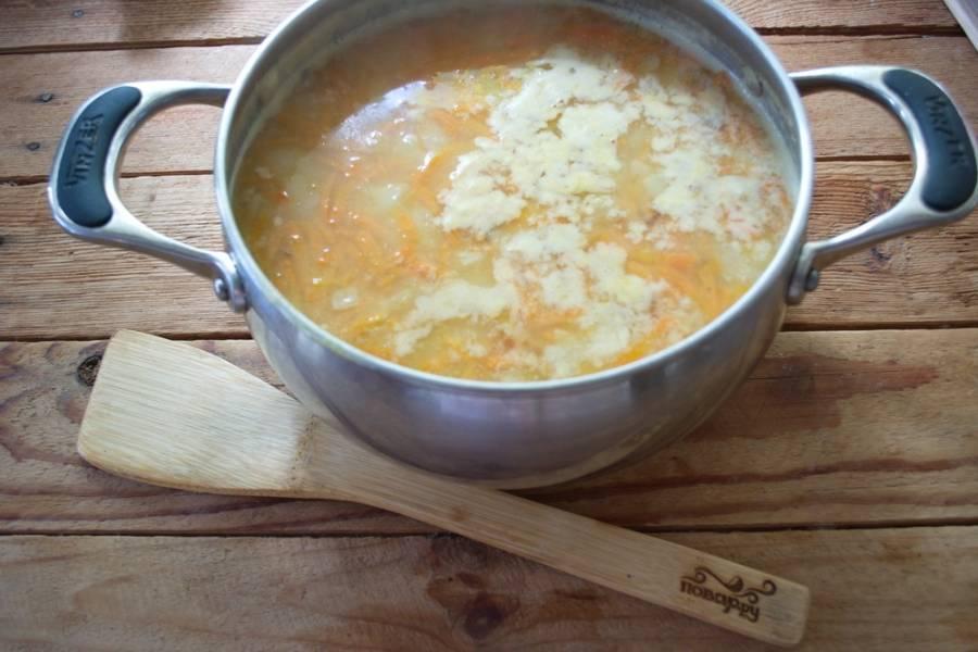Добавьте в суп соль, перец, нарезанное мясо птицы. Перемешайте. Снимите с огня.  Кость, которую мы опустили в бульон, следует вынуть и выбросить.