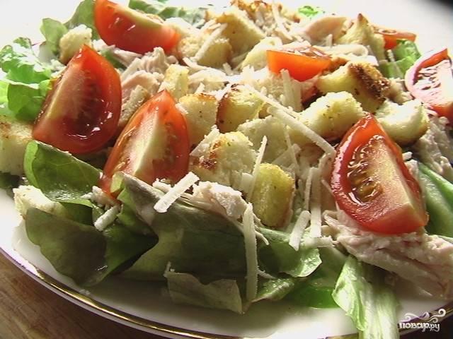 Салат с сухариками, курицей и помидорами