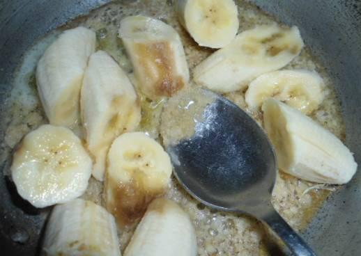 Отварите кашу до готовности в подсоленной воде. В сковороду засыпаем сахар, нагреваем ее и добавляем чуть воды (1ст.л.) и масло сливочное. Когда сахар поменяет цвет, добавьте порезанный банан.