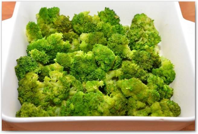 Выложите в форму брокколи.