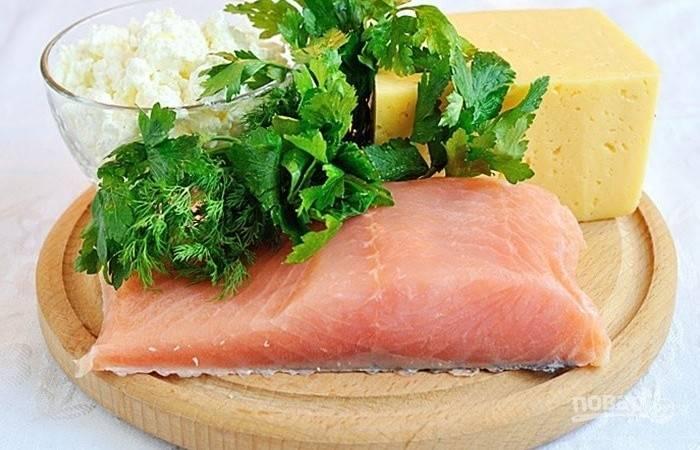 Сначала сделайте сырную основу. Сыр, порезанный кусочками или натертый, уложите в пищевую плёнку. Опустите его в кипящую воду на 5 минут, чтобы он расплавился.