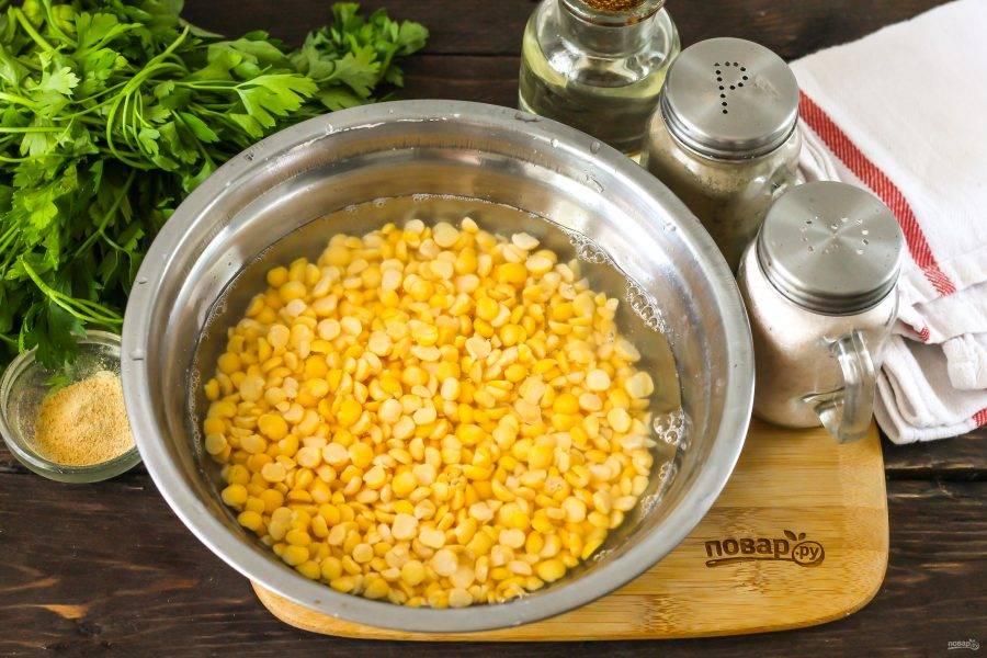 Горох залейте горячей водой и оставьте для набухания примерно на 2-4 часа, а еще лучше — на ночь. Затем промойте его.