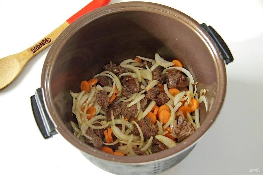 """3. Обжарьте в режиме """"жарка"""" до испарения жидкости и образования легкой румяной корочки. Добавьте нарезанную крупно морковь и нарезанный перьями репчатый лук. Перемешайте."""