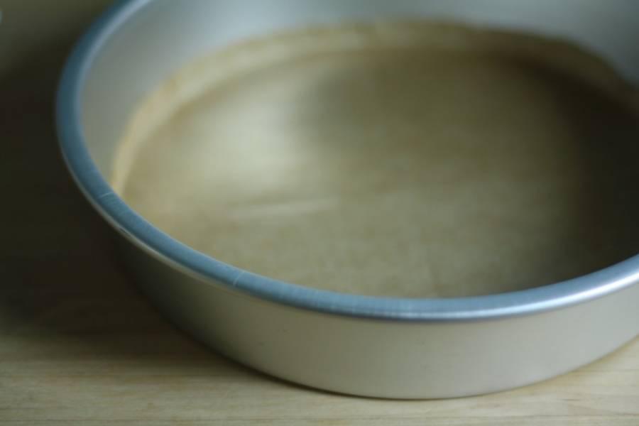 1. Разогреем духовку до 180 градусов, подготовим ингредиенты и форму. Форму смажем маслом или застелим пекарской бумагой.