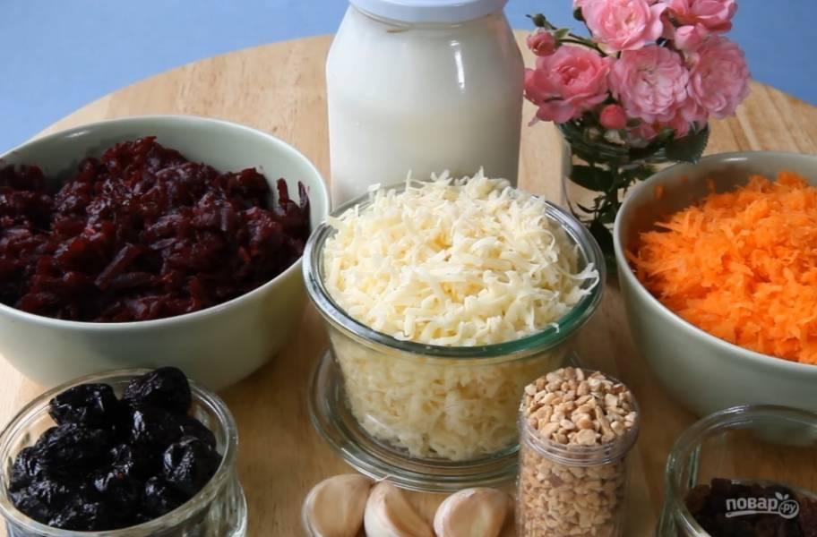 2.Сварите свеклу и натрите на крупной терке. Сыр и морковь натрите на средней терке.