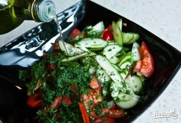 6. Выложите все в салатник. По вкусу можно добавить соль, сушеные травы и молотый черный перец. Полейте небольшим количеством растительного масла и аккуратно перемешайте.