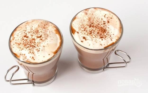 9. А еще можно присыпать сверху щепотку какао. Вот и все, ароматный и невероятно вкусный напиток готов.