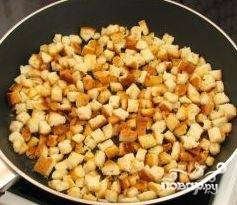 На сковороде разогреть масло, добавить выдавленный через чеснокодавку чеснок и обжарить сухарики.