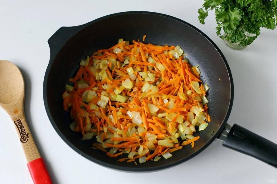 Лук и морковь обжарьте до мягкости.