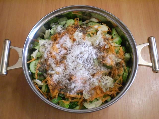 Сложите все ингредиенты, согласно списку, в кастрюлю с толстым дном. Не используйте эмалированную посуду для варки.