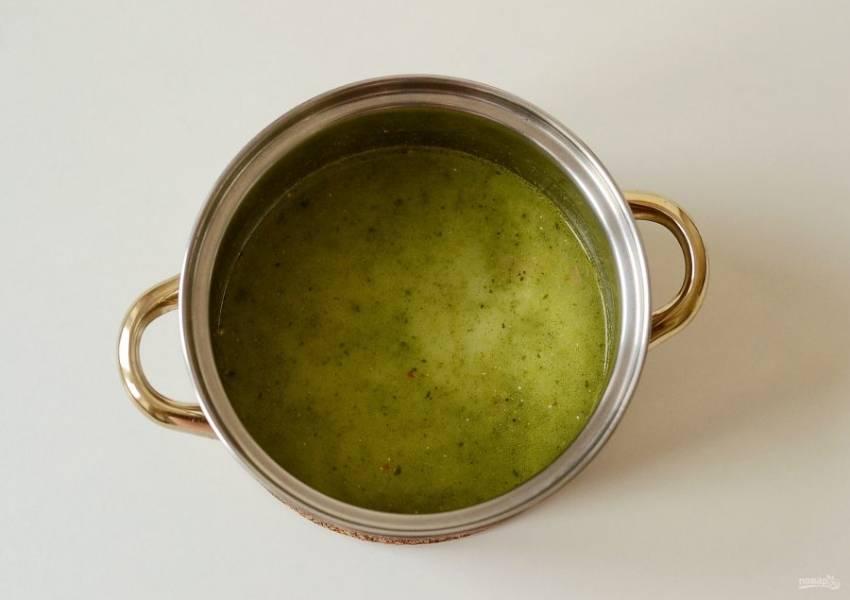 Обжарьте пасту в кастрюле с небольшим количеством растительного масла примерно 5 минут, постоянно помешивая. Затем влейте овощной бульон и кокосовое молоко. Добавьте выжатый сок лайма и сахар.