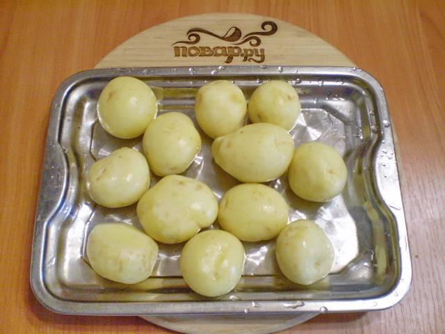 4. Моем картофель, снимаем кожуру.