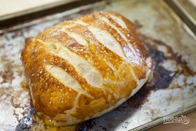 11.Запекайте в разогретом до 200 градусов духовом шкафу около 30-40 минут. Затем переложите мясо на тарелку, дайте немного остыть (10-15 минут), нарежьте ломтиками.