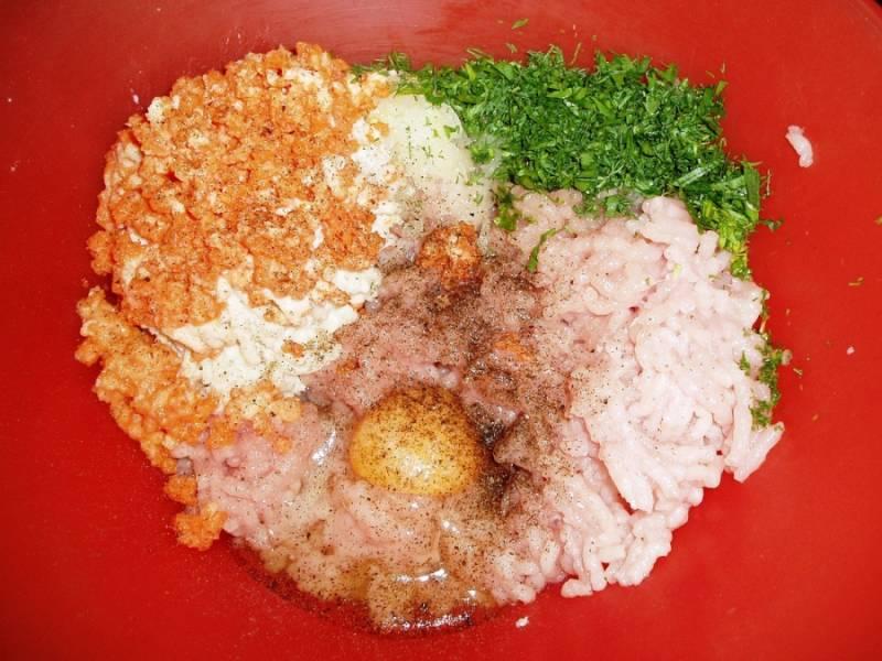 Куриное филе пропускаем через мясорубку. Также пропускаем морковь, лук, хлеб и чеснок. Соединяем все вместе, добавив часть измельченной зелени, яйцо соль и перец. Перемешиваем и ставим в холодильник на 30 минут.