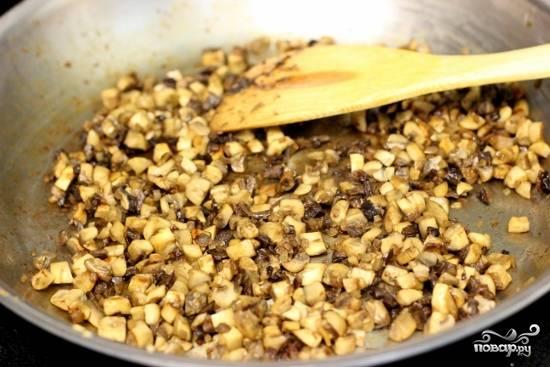 Растопите масло в сковороде. Добавьте измельченный лук-шалот, приправьте солью и перцем. Тушите в течение приблизительно 3 минут. Добавьте грибы. Приправьте солью и перцем. Тушите около 7 минут, пока грибы не размягчатся и вся жидкость не испарится. Отложите в сторону готовую начинку.