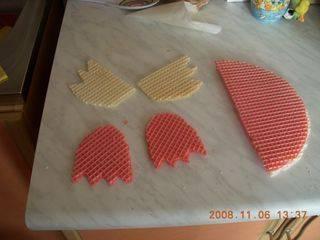 Также разрезаем вафельные диски на лапки и крылья.