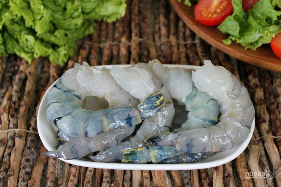 Креветки чистим и выкладываем на сковороду с разогретым оливковым маслом.