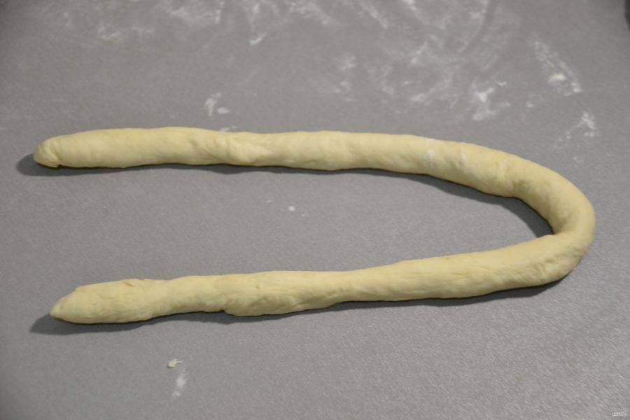 """Каждый кусочек теста раскатайте в """"веревочку"""" длиной примерно 80-100 см."""