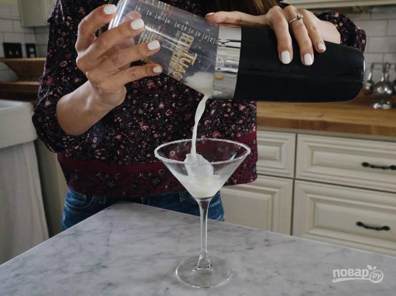 Туда же выжмите сок четверти лайма, закройте шейкер и встряхните несколькими энергичными движениями. Перелейте коктейль в бокал.