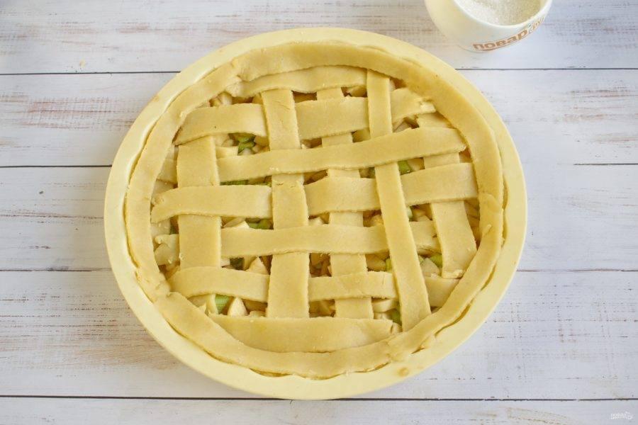 """6.     Меньшую часть теста раскатайте и нарежьте полосками. Сделайте """"решетку"""" для верха пирога. Выпекайте пирог с ревенем и яблоками в разогретой до 180 градусов духовке примерно 40 минут."""
