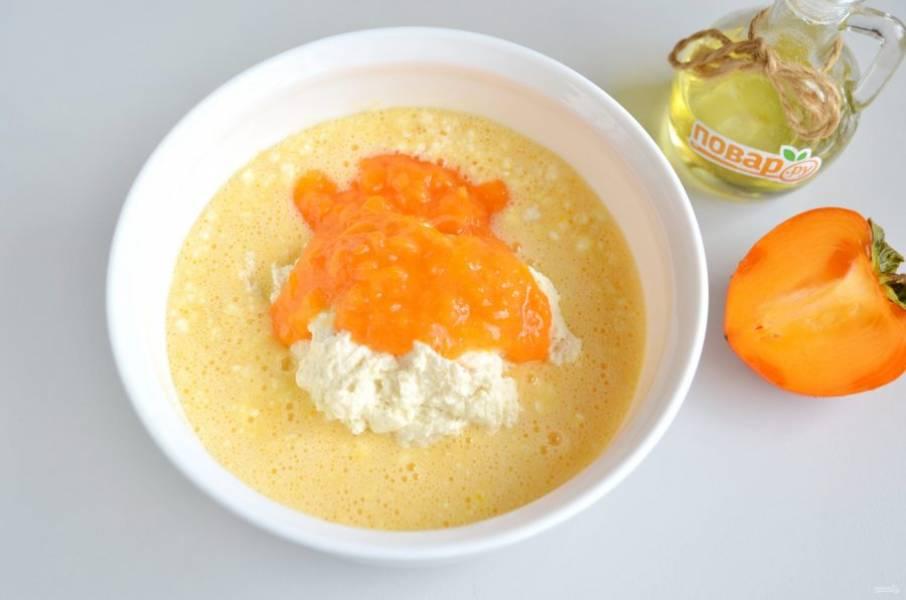 5. Соедините яично-творожную массу с манной, добавьте пюре из половинки крупной хурмы.