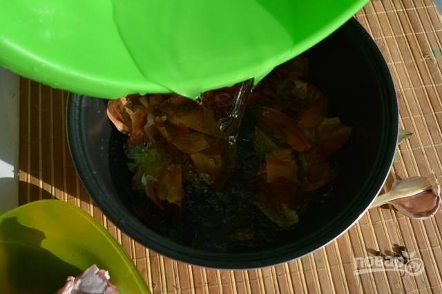 2.Залейте чашу водой до половины, при необходимости потом еще дольете.