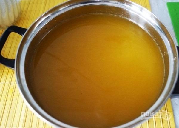 4.Водку с цедрой процеживаю, последнюю выбрасываю, смешиваю настойку с апельсиновым соком.