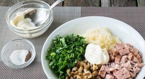 Все нарезанные ингредиенты соедините. Заправьте начинку сметаной, солью и перцем. Всё перемешайте.
