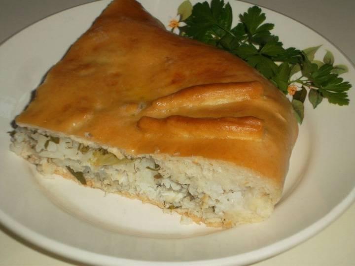 5. Подавать его нужно в целом виде (если на праздничный стол) или порционно, если готовили пирог к обеду с домашними.