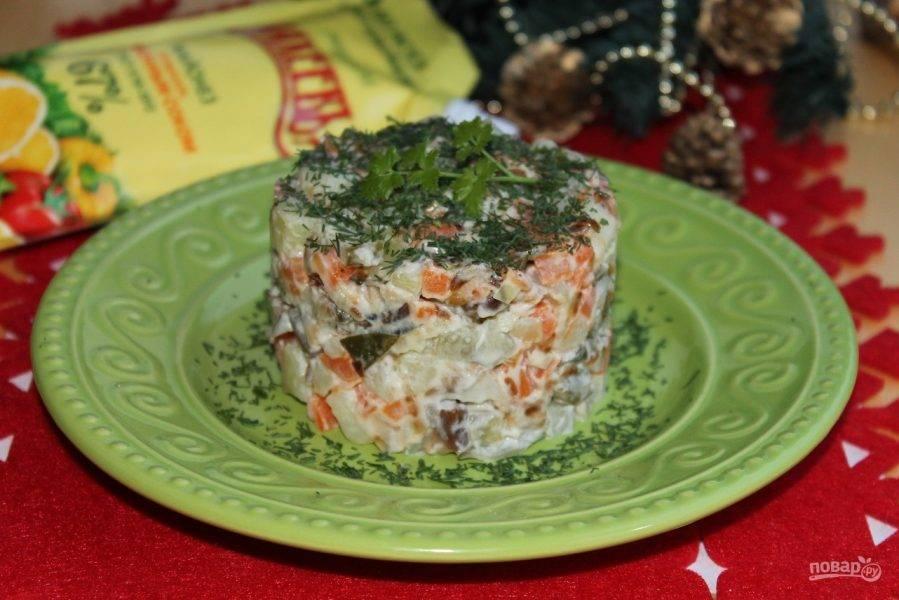 Подаем салат, выложив порционно, используя кулинарное кольцо. Добавляем нарезанную зелень.