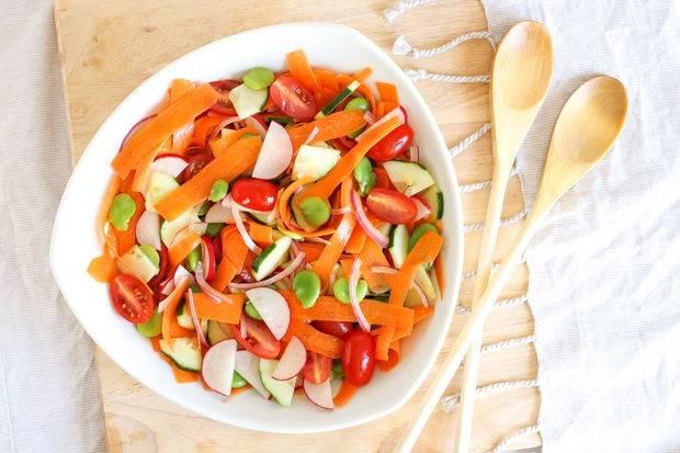 6.Салат получается витаминным, летним и очень вкусным. Его можно есть самостоятельно или подавать к мясу, рыбе или любому гарниру.